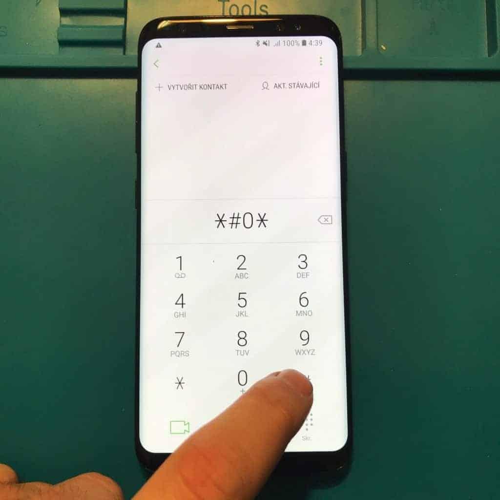 U mobilů Samsung vyvoláme speciální režim napsáním kódu ∗#0∗# v aplikaci telefon